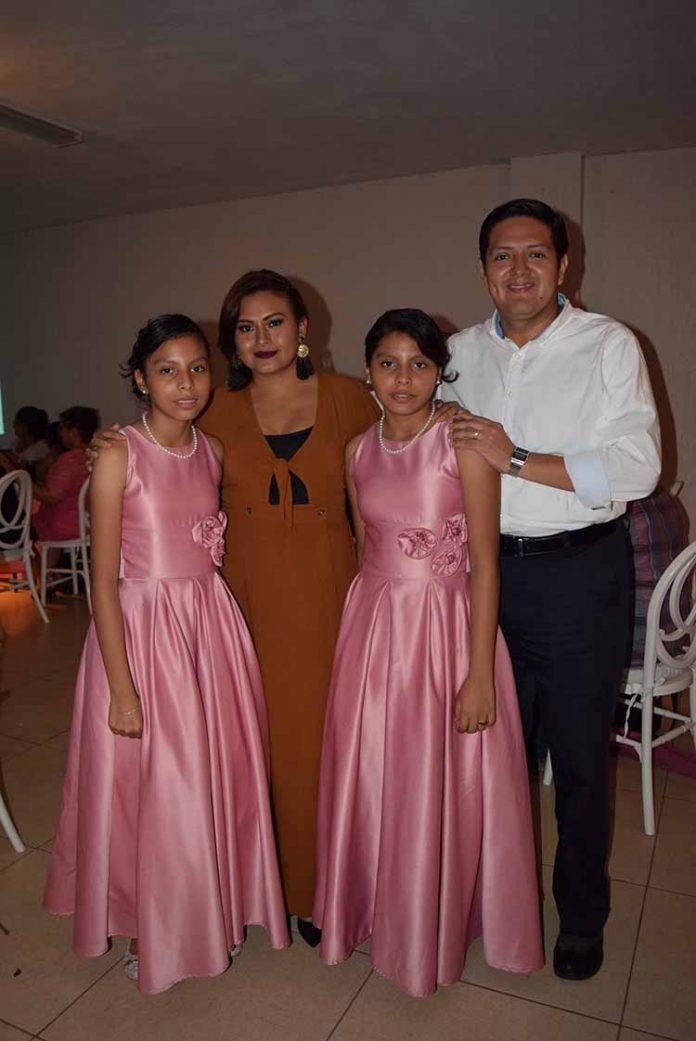 Deysi & Gresi López acompañadas por su madrina: Lupita Pacheco de Zamora y el Diputado Enrique Zamora Morlet.