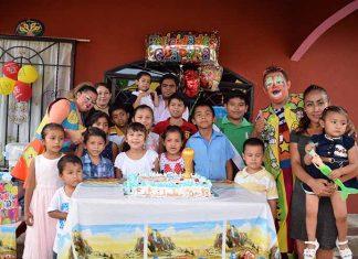 """El pequeño Santy con sus amiguitos, acompañados de los payasitos """"Barrilito"""" & """"Lucecita""""."""