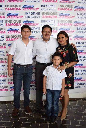 Enrique Zamora Morlet estuvo acompañado de su esposa Lupita Pacheco de Zamora, y sus hijos Bryan y Enrique Zamora.