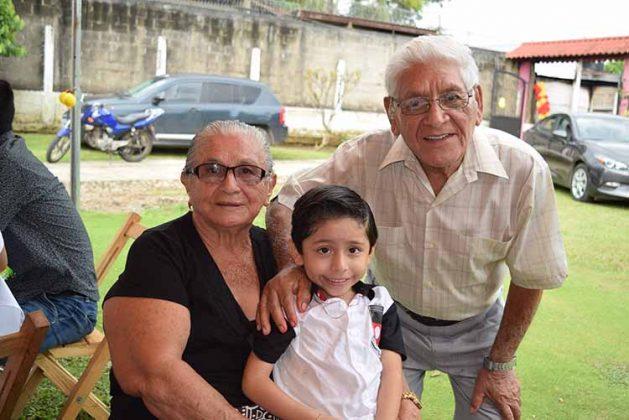 Martha Manterola, Santana Martínez con el cumpleañero.