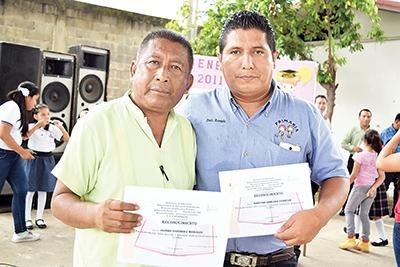 Los profesores Isidro Espinosa y Rosendo Roblero, recibieron reconocimiento por su labor académica.