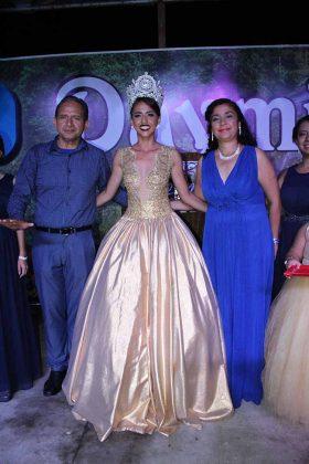 La nueva soberana tras ser coronada por el alcalde: Carlos Álvarez y su esposa: Rebeca León.