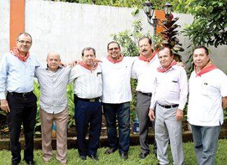 Celebrando el cumpleaños de Pedro Villalobos: Israel Ovalle, Ulises Gordillo, Ramiro López, Aminaín Solís, José López, Jovito Vivaldo.