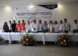 Representantes de distintos niveles educativos conformaron la mesa del presídium encabezado por el director de la escuela, José Antonio Morales.