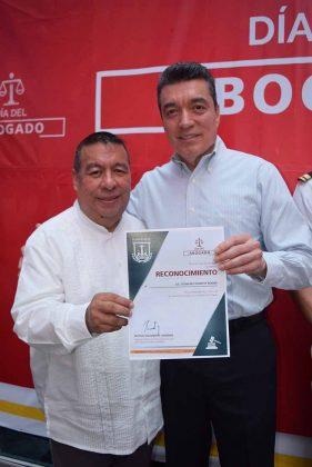 """Mtro. Gonzalo Egremy Rodas, abogado y columnista de EL ORBE recibiendo reconocimiento """"por su destacada labor a favor de la impartición de justicia en el estado"""" de manos del Dr.Rutilio Escandón Cadenas."""