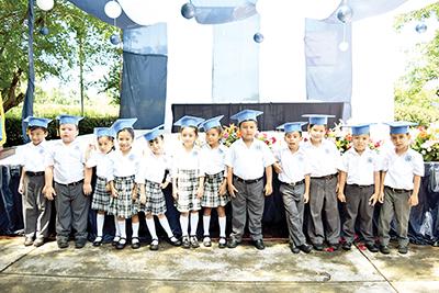El pequeño Mariano Ovalle con sus compañeros de generación.