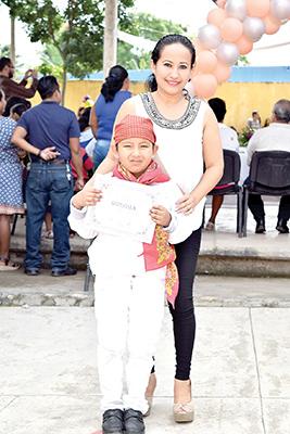 NRamiro Rodas, acompañado de su mami la profesora Wendy Sibaja.