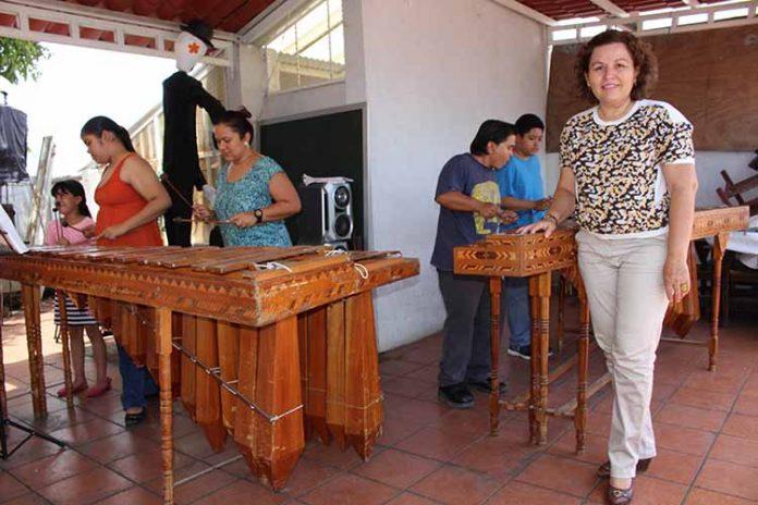 Norma Arellano en el Taller de Marimba, impartido por el profesor Lisandro Escandón.