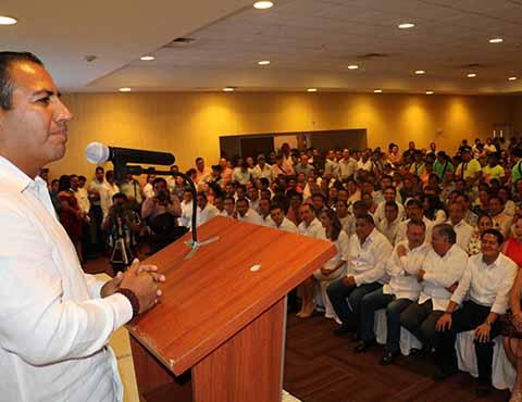 En entrevista exclusiva para este rotativo, el presidente del Congreso Local, Eduardo Ramírez Aguilar, refrendó el compromiso del Gobierno Estatal por hacer de Tapachula un importante polo de desarrollo, gracias a las obras de alto impacto, como el Parque Agroindustrial, la modernización de las vías ferroviarias, el Gaseoducto, el Nuevo Hospital Regional, además de la puesta en marcha de la ZEE en Puerto Chiapas, entre otras.