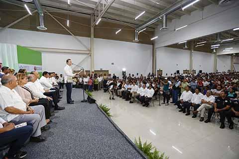 """El Gobernador Velasco, junto a José Reyes Baeza Terrazas, constataron el avance del 80% de la obra del Hospital """"Dr. Belisario Domínguez""""; también se hizo entrega de las escrituras de un predio para construir un albergue para los familiares de los pacientes."""
