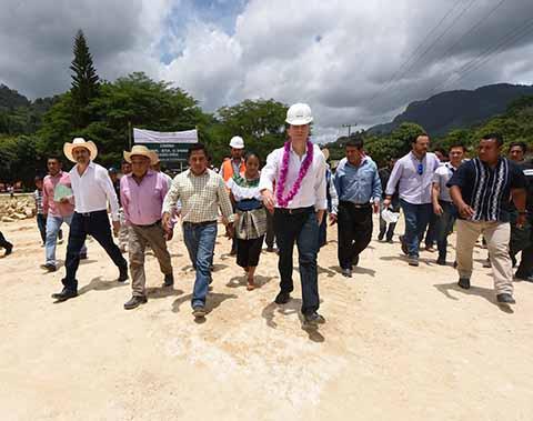 En Chilón, el Gobernador Manuel Velasco visitó la comunidad Guadalupe Paxilá donde se rehabilita el camino que lleva a Ocosingo.