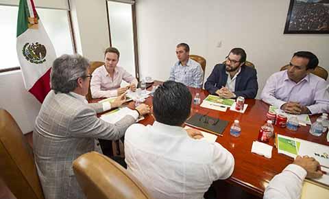 Se reúne gobernador Velasco con inversionistas de la República de Guatemala.