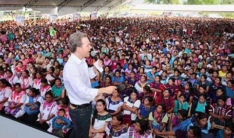 En gira de trabajo por la región Selva, el Gobernador Manuel Velasco entregó el Programa Bienestar Apoyo a la Familia en Ocosingo, y reiteró el llamado a sumarse a la campaña contra la violencia hacia las mujeres.