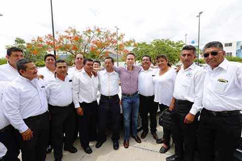 El Gobernador Manuel Velasco Coello hace entrega de reconocimientos a taxistas ciudadanos, que han contribuido a través de las denuncias, en la prevención de delitos y atención de emergencias.
