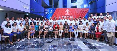 """En gira por Tapachula, el Presidente Magistrado del Poder Judicial del Estado, Rutilio Escandón Cadenas se reunió ayer con más de 150 profesionales del derecho, en el marco del festejo del """"Día del Abogado""""."""