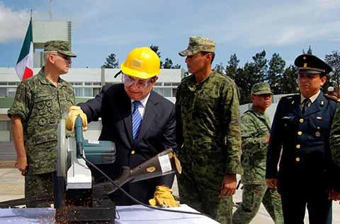 El Secretario General de Gobierno Juan Carlos Gómez Aranda, acompañando al Comandante de la VII Región Militar, General Luis Alberto Brito Vázquez, presidieron la ceremonia de destrucción de armas, en la capital del Estado.
