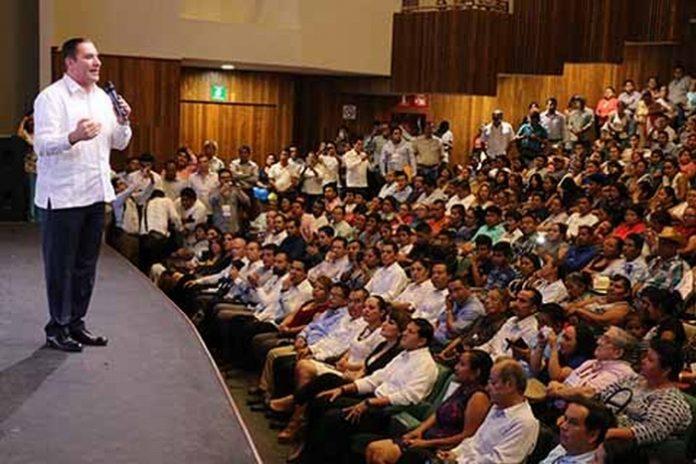 """El también Presidente de la Comisión Política del PAN Rafael Moreno Valle, dictó ayer la conferencia """"Gobiernos Humanistas, Cambio con Responsabilidad"""", que tuvo lugar en el Teatro de la Ciudad."""