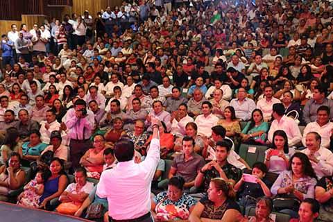 En el Teatro de la Ciudad de Tapachula, el Diputado Federal Enrique Zamora Morlet, rindió cuentas de su gestión ante la población en general, Cámaras Empresariales, Colegiados, Presidentes Municipales y funcionarios de los tres niveles de Gobierno, donde refrendó su compromiso en el cargo público que desempeña y destacó que trabajando en equipo las tres instancias de Gobierno, harán de Chiapas un Estado de Progreso y Desarrollo.