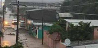 """Se desbordó el arroyo """"El Cusco"""", afectando negocios y colapsando drenajes y alcantarillado."""