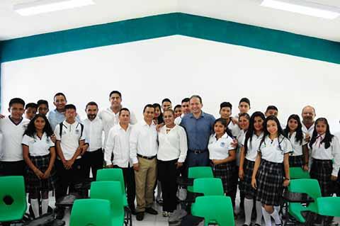 Entrega Enrique Álvarez Aula Didáctica Equipada a Prepa Cacahoatán