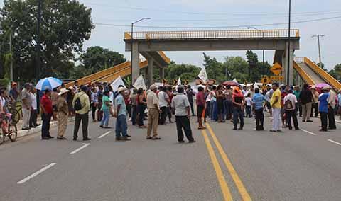 Campesinos Bloquearon la Costera Exigiendo Fertilizantes a la SAGARPA