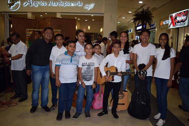 El taller de guitarra con su instructor Carlos Juan.