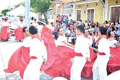 Grupo de Danza Folklórica de la Preparatoria No. 3 participó en el evento.