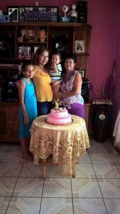 Diana Altamirano, Mateo Alvarado, Araceli de Alvarado con la cumpleañera.
