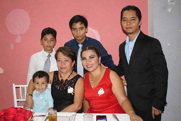 Iván, Axel, Sebastián, Mateo de León, Cindy del Valle, Paty Chang.