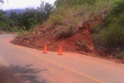Se Desgaja un Cerro y Bloquea la Carretera