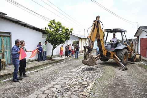 El mandatario estatal dio el banderazo de salida para la rehabilitación de varias calles en Cacahoatán; mientras que en Tapachula y Suchiate inauguró calles pavimentadas con concreto hidráulico. FOTOS AL PASE:::