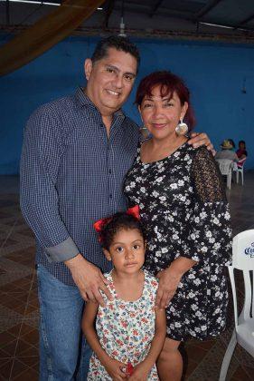 Ismael, Silvia, Valeria Escobar.