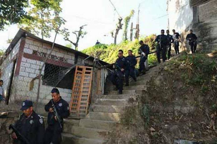 La población demanda de los cuerpos policíacos una redada de Mara Salvatrucha y Barrios 18, quienes han sentado sus operaciones en el centro de la ciudad y colonias populares, donde a diario se vienen cometiendo asaltos a transeúntes y robos a casas habitación.