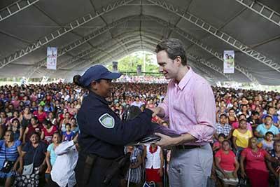 El mandatario estatal entregó equipamiento de trabajo a policías de los municipios de Copainalá, Mezcalapa, Ixtacomitán, Juárez y Tecpatán.
