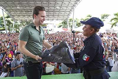 El mandatario entregó kits de uniformes y equipamientos a policías de Frontera Hidalgo, Cacahoatán, Tuxtla Chico y Unión Juárez, para garantizar la seguridad de la población.