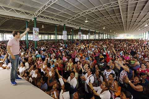 El gobernador Velasco realizó una gira por varios municipios de la Costa, y en Tapachula entregó apoyos del programa Bienestar, destacando que su gobierno atenderá eficientemente las denuncias de delitos hacia las mujeres, para garantizar que vivan libres de violencia.