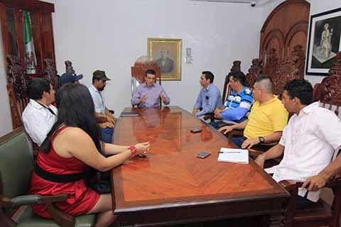 Recibe Rutilio Escandón a Pobladores de Mapastepec