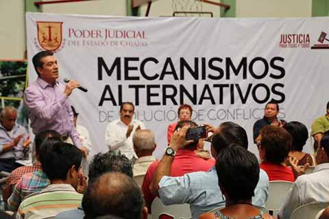 El magistrado presidente del TSJE, impartió una ponencia sobre el Nuevo Procedimiento de Justicia Alternativa, en el municipio de Cacahoatán, como parte de una gira de trabajo para acercar la justicia a la gente, a través del Poder Judicial.
