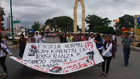 Marchan Normalistas Exigiendo Incremento de Matriculas