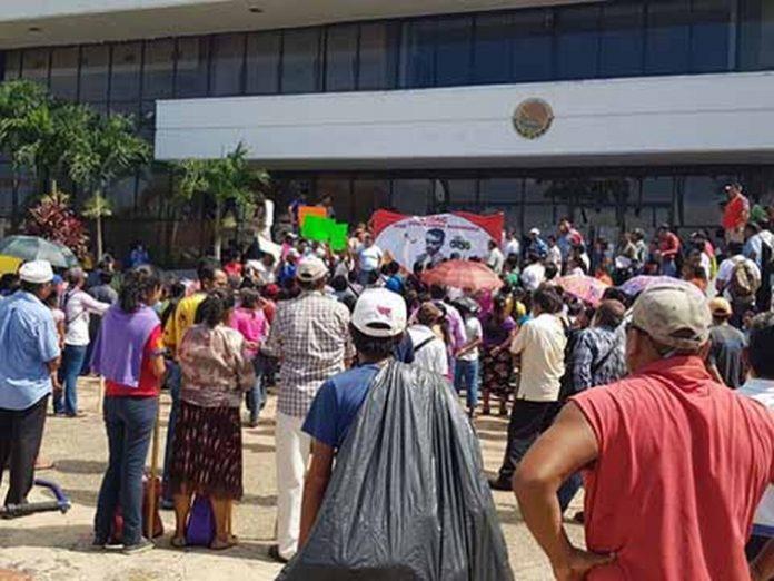 Cansados de esperar atención a sus demandas, un grupo de colonos protestaron ante el Ayuntamiento municipal de Tapachula enfrentando a la policía, y como medida de presión retuvieron a un agente y a otro funcionario. Mientras tanto, la regidora de MORENA Rosa Irene Castañeda, cuestionó la dilapidación de recursos innecesarios que continúa realizando la comuna.