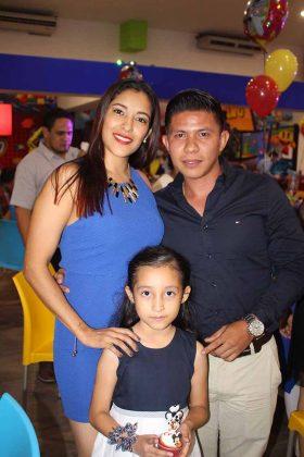 Estefanía Sumuano, Hannah Estrada, Alexander Hernández.