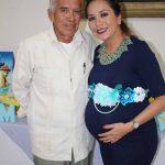 El feliz abuelo: Eleazar Herrera, festejando a su hija.
