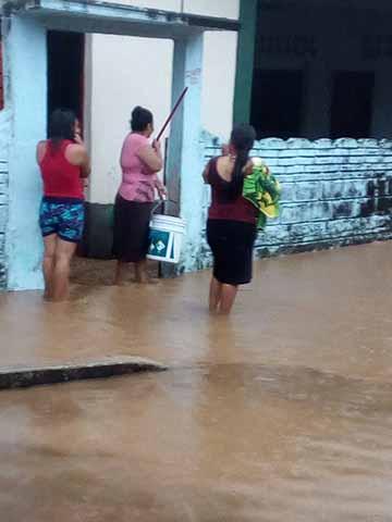 Evacúan Familias por Inundaciones en Tuzantán