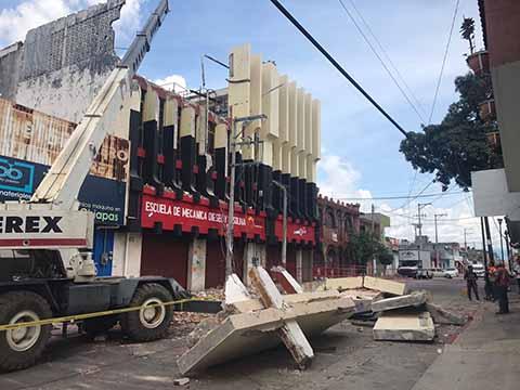 Ayuntamiento de Tuxtla Desaloja y Demuele dos Edificios que Significaban un Riesgo Latente