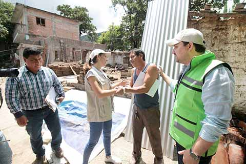 Fernando Castellanos y Martha Muñoz Entregan Material de Construcción a Familias