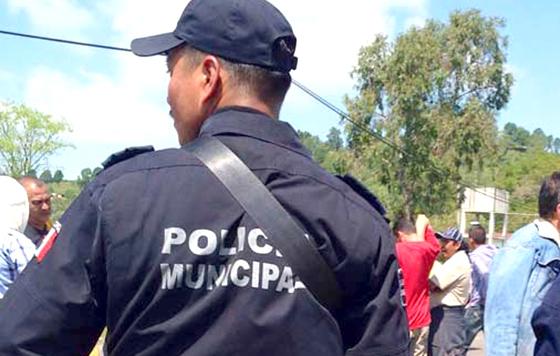 Policías municipales de Motozintla denunciaron ante este rotativo el abandono que sufren por parte del ayuntamiento que encabeza Víctor Lavalle, quien no les dota de uniformes ni equipamiento, y hasta les retrasa el pago de sus quincenas, entre otras irregularidades.