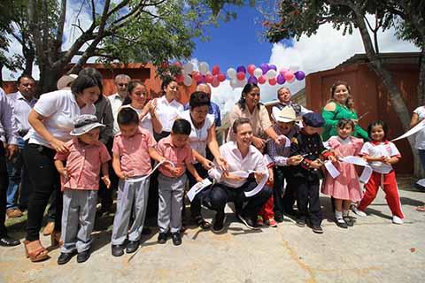 El gobernador Manuel Velasco inauguró la pavimentación de calles y un pozo profundo; además benefició con apoyos del programa Maíz Sustentable a 2 mil 400 productores y entregó aulas, uniformes y útiles escolares a estudiantes de nivel básico.