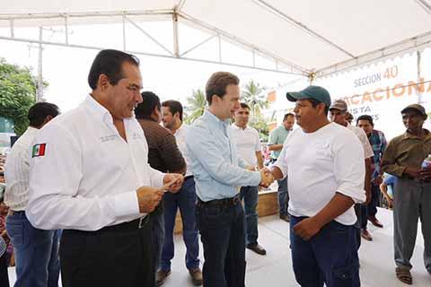 Velasco y Miranda Entregan Programa Empleo Temporal a Pescadores