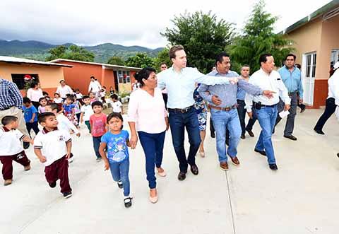 El Gobernador inaugura aulas seguras en el municipio de Las Rosas, donde continuó con la entrega de uniformes, mochilas y útiles escolares.