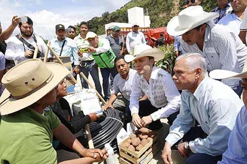 El mandatario hizo entrega de insumos agrícolas, plantas de café, fertilizante y herramientas; otorgó uniformes y equipamiento a Policías Municipales, e inauguró la construcción de calles.